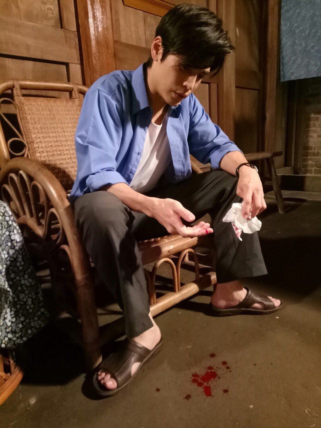 Gino演出8點檔新戲「大時代」突遭酒瓶割傷手指,當場血流如注。圖/民視提供