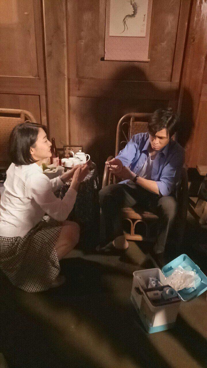 Gino演出8點檔新戲「大時代」突遭酒瓶割傷手指,江祖平幫忙包紮。圖/民視提供