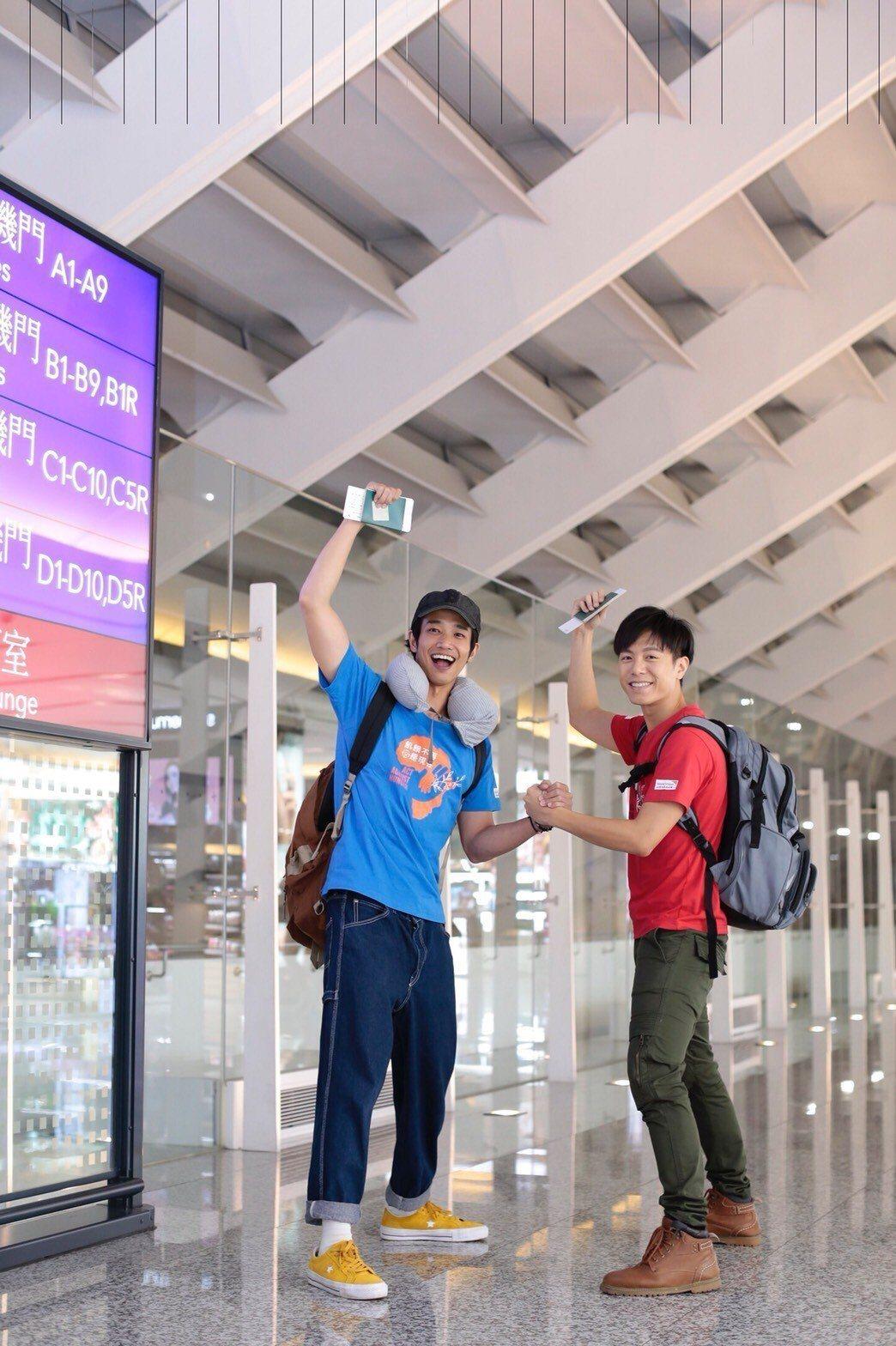 劉以豪(左)、韋禮安擔任第29屆飢餓三十代言人,飛往烏干達前向粉絲揮手。圖/伊林...