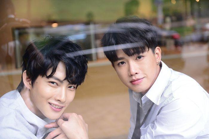 張庭瑚(左)、洪言翔進咖啡廳拍攝雜誌封面。圖/Taipei Walker提供