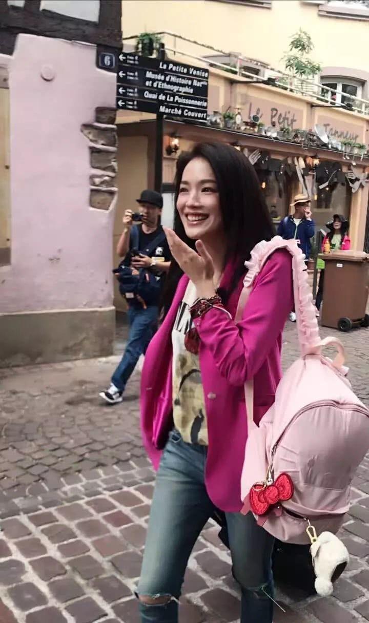 粉絲法國小鎮街頭巧遇舒淇。圖/摘自微博