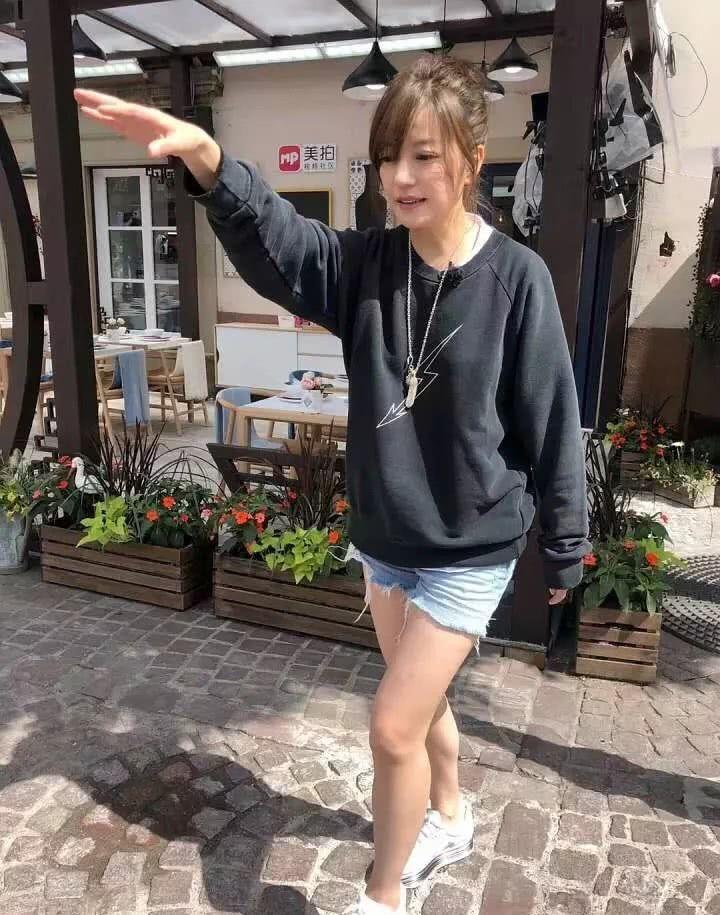 粉絲法國小鎮街頭巧遇趙薇。圖/摘自微博