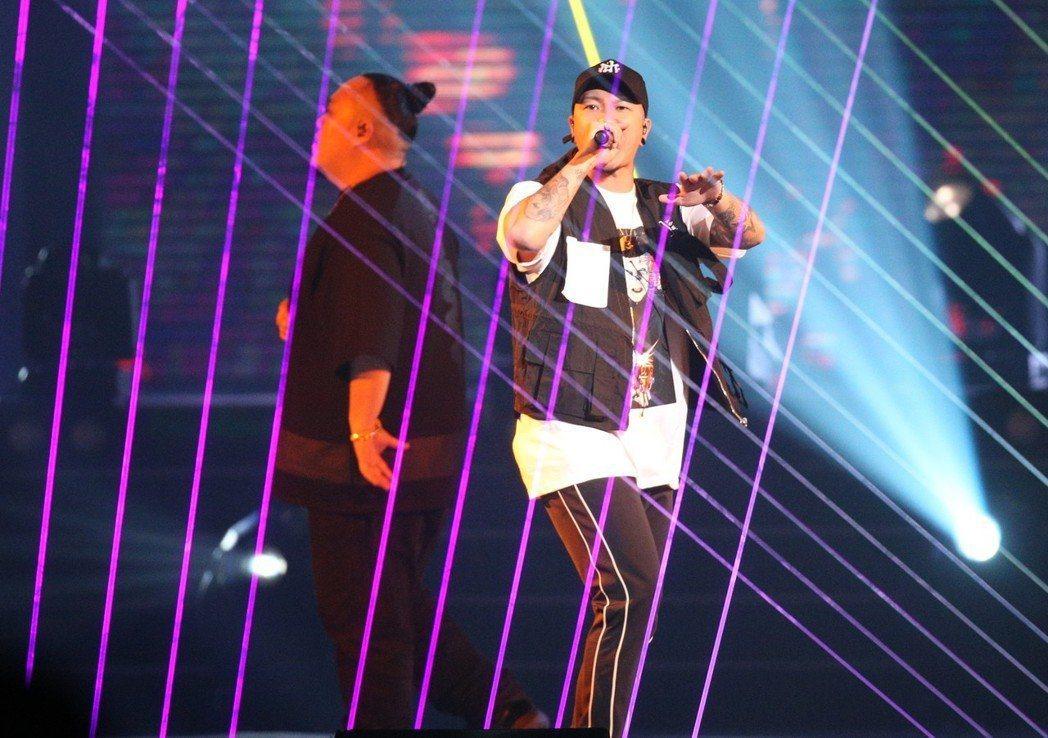 2018hito流行音樂獎在台北小巨蛋舉行頒獎典禮,頑童MJ116擔任開場演唱。...