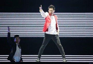出道26年的林志穎,3日在「hito流行音樂獎」中重現成名曲「不是每個戀曲都有美好回憶」,首度攻蛋之外還加碼獻出快速變裝秀,引領全場1.2萬名粉絲重回青春的美好回憶,只是他的快歌演出,卻被質疑似有對...