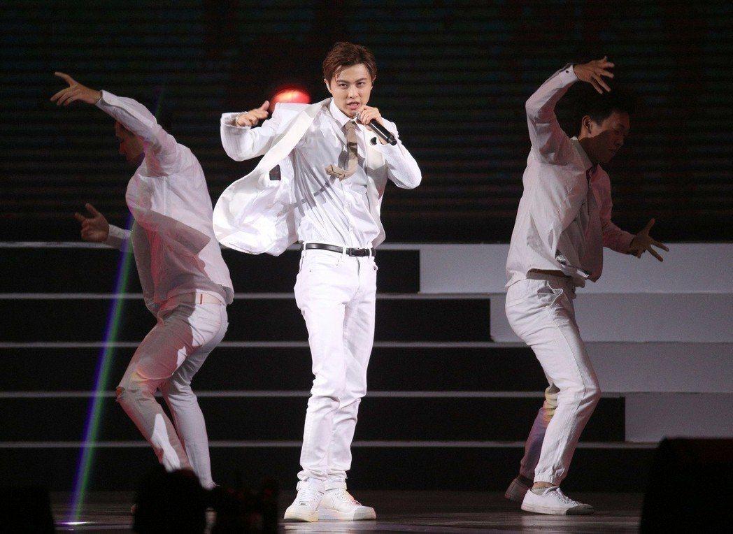 2018hito流行音樂獎在台北小巨蛋舉行頒獎典禮,王子邱勝翊獲頒聲猛唱跳男生。...