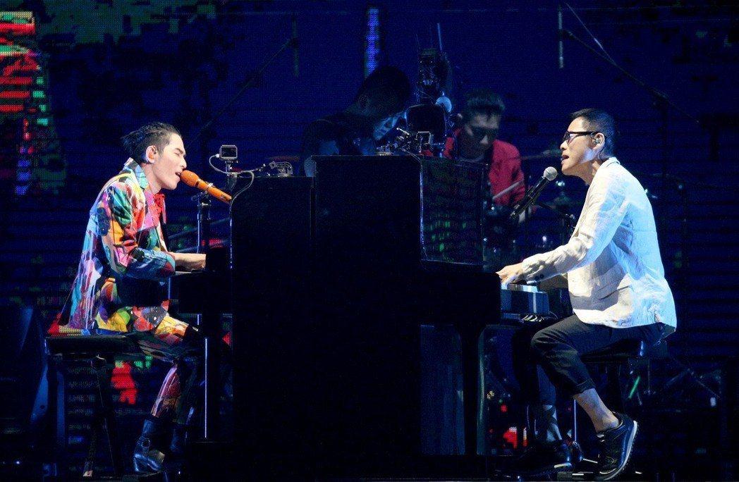 蕭敬騰的獅子合唱團(左)與羅大佑跨世代對決。記者林伯東/攝影