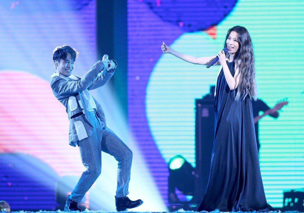 田馥甄(右)與吳青峰(左)在hito流行音樂獎頒獎典禮破天荒首度合唱。記者林伯東...
