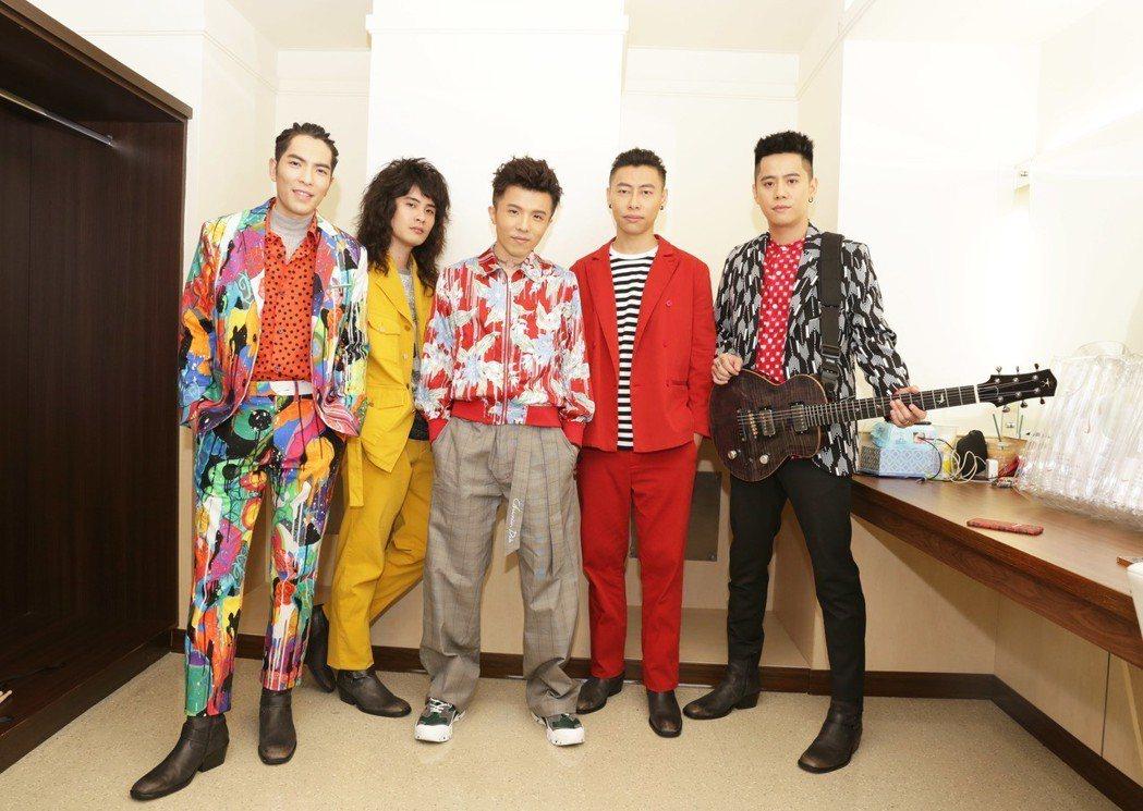 蕭敬騰(左)率領獅子合唱團與小宇(中)在後台合照。圖/華納音樂提供