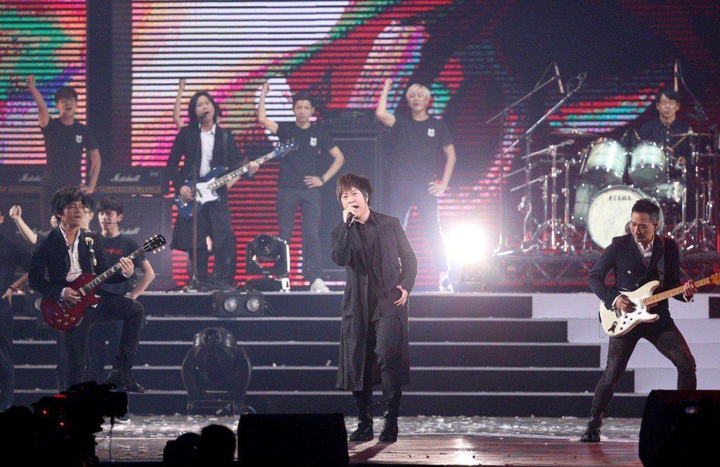 2018hito流行音樂獎在台北小巨蛋舉行頒獎典禮,五月天擔任壓軸演唱。記者林伯