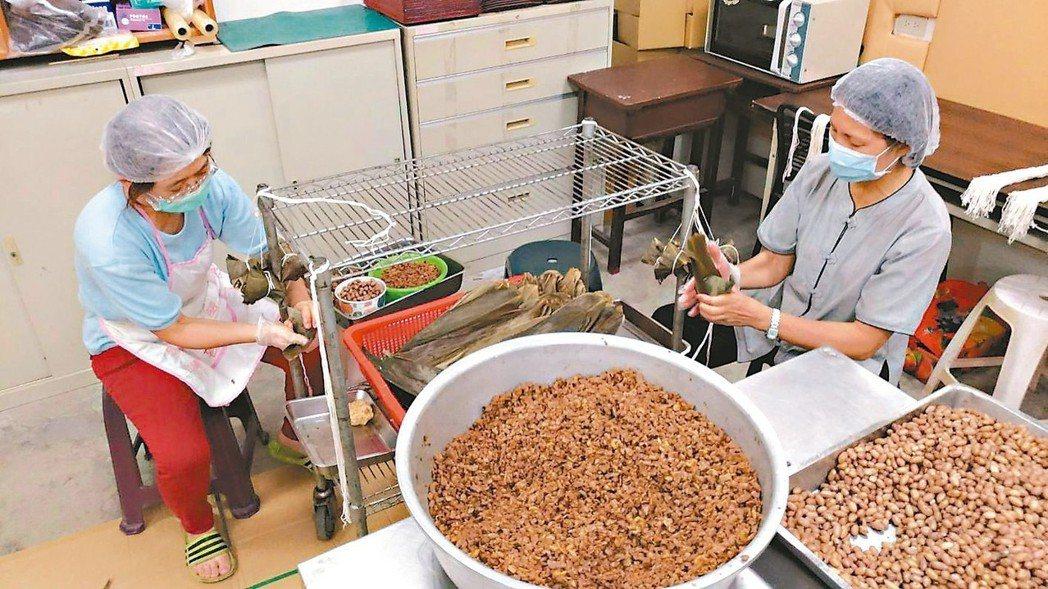 原物料漲不停,台中市蓮心自強服務協會今年每顆「慢飛天使肉粽」調漲5元。 圖/台中...