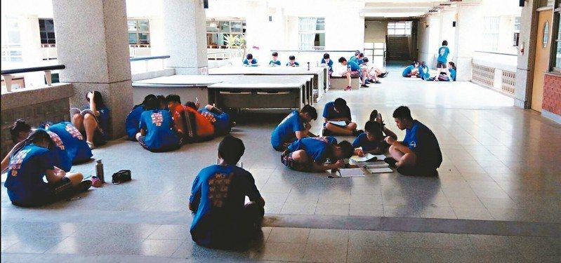 一名高雄市的國中老師表示,因為教室悶不通風,只好帶學生到走廊上進行「融合教學」。 圖/老師提供