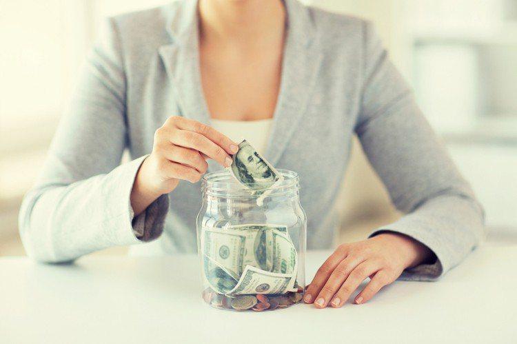 目前美元一年期存款利率約1.7%,國內幾家壽險業者推出宣告利率逼近4%的美元利變...