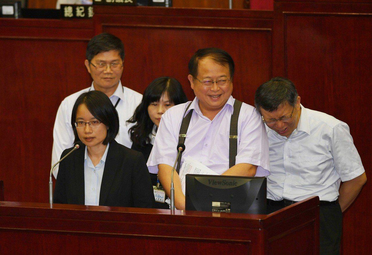 台北農產運銷公司總經理吳音寧(前左)1日在台北市議會出席市政總質詢,國民黨籍市議...