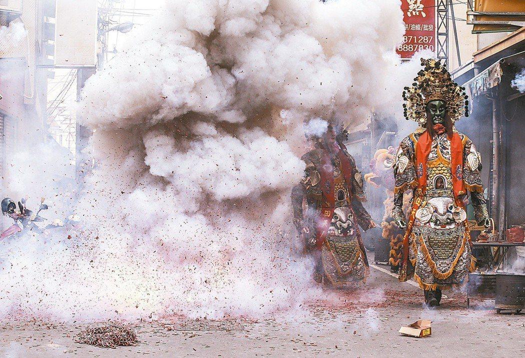 大甲媽遶境,隊伍在鞭炮煙霧中走過。 記者楊萬雲/攝影