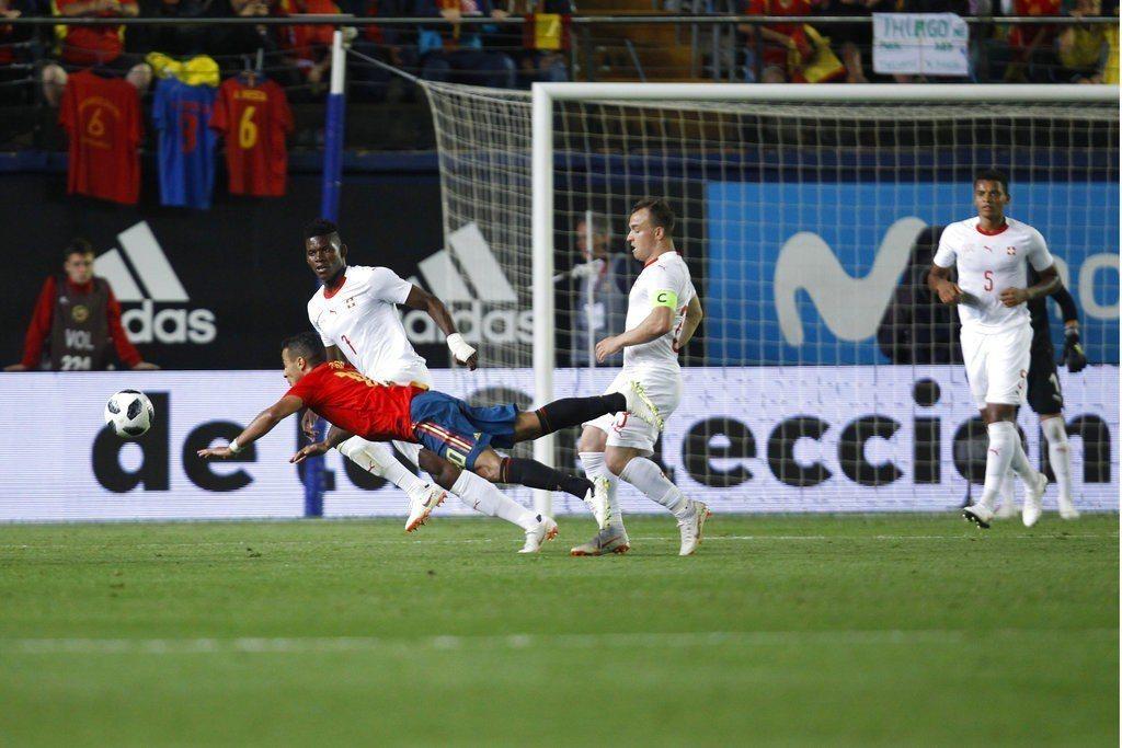 西班牙世足賽熱身賽,因門將的失誤,1:1遭瑞士踢平。 美聯社