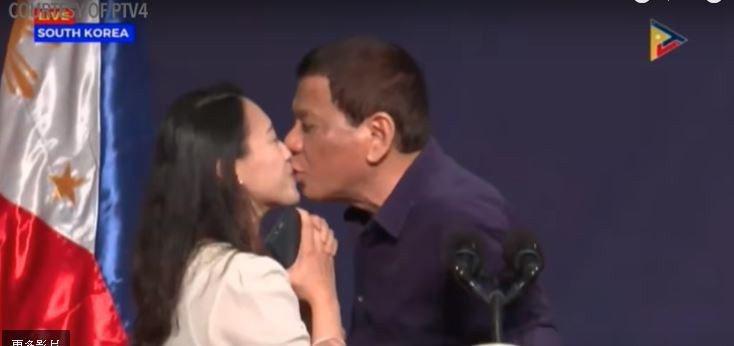 杜特蒂3日在南韓首爾的一個公開活動中,當眾向海外菲國工作人員索吻,並親吻了她。翻...