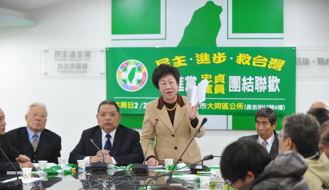2011年民進黨總統選舉黨內初選議題引發爭論,呂秀蓮(左三)舉行記者會,認為剝奪...