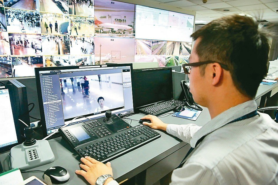 生物辨識已成為全球顯學。圖為桃園機場建置的人臉辨識警報系統,可鎖定特定對象臉部特...