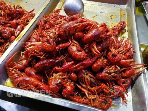 世足賽開踢,小龍蝦成了大陸球迷夜裡看球的必備美食。  (中央社資料照片)