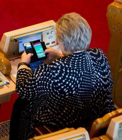 挪威首相瑟爾貝克先前在國會公然抓寶。圖/翻攝自網路