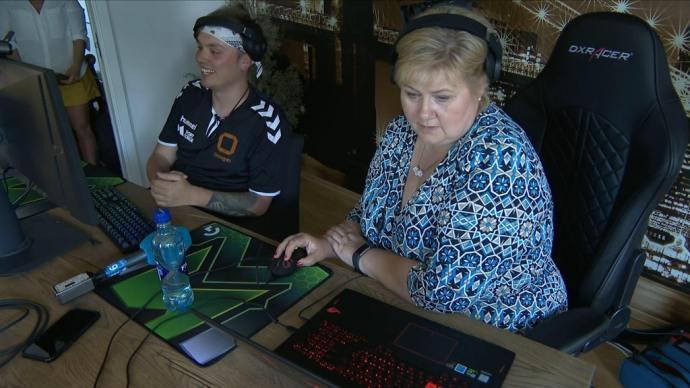 受Noobwork之邀,挪威首相瑟爾貝克挑戰《Fortnite》。圖/翻攝微博