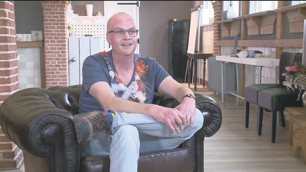 勒內.托爾,30歲,圖像設計師。十四歲,不是能進酒吧的年紀。因此當勒內跟媽媽說要...