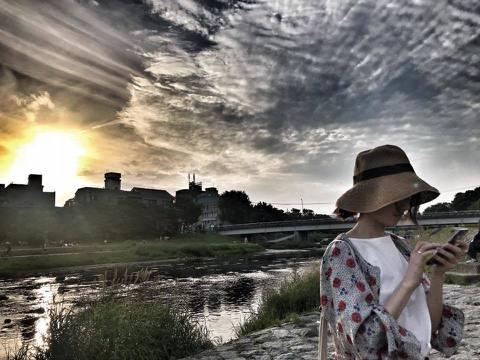 坤達與柯佳嬿結婚後,常會拍下老婆在吃東西或是打瞌睡的醜照,然後分享到臉書,但最近坤達拍到一張奇蹟美照,竟讓柯佳嬿感動不已。柯佳嬿3日在臉書分享一張照片,是坤達為她拍下的,只見她戴著帽子低頭滑手機,而...