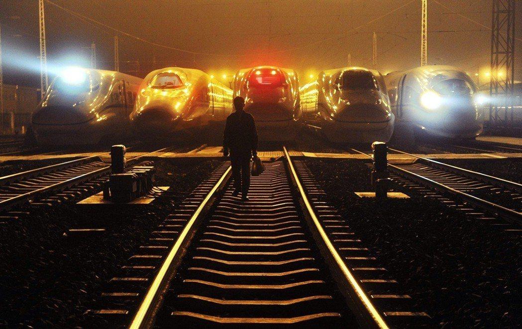 甫上任的馬來西亞首相馬哈迪表示,將放棄「隆新高鐵」,並計畫與新加坡談判後續事宜,...