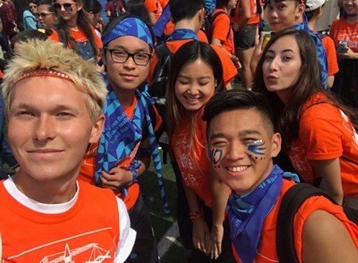 就讀多倫多大學的鄧毅揚(前右)參加大學迎新活動。(鄧毅揚提供)