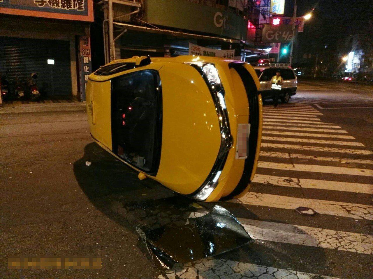 計程車遭撞翻一圈。記者林伯驊/翻攝