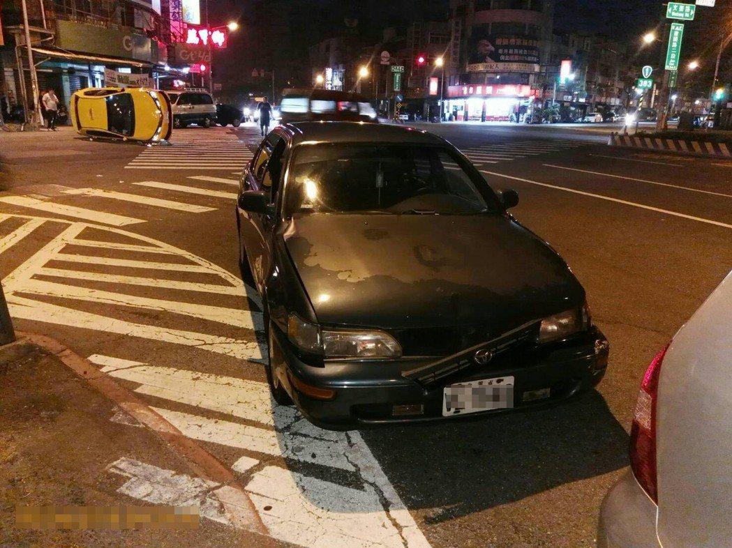 陳女駕駛轎車,沒看紅燈就穿越路口。記者林伯驊/翻攝