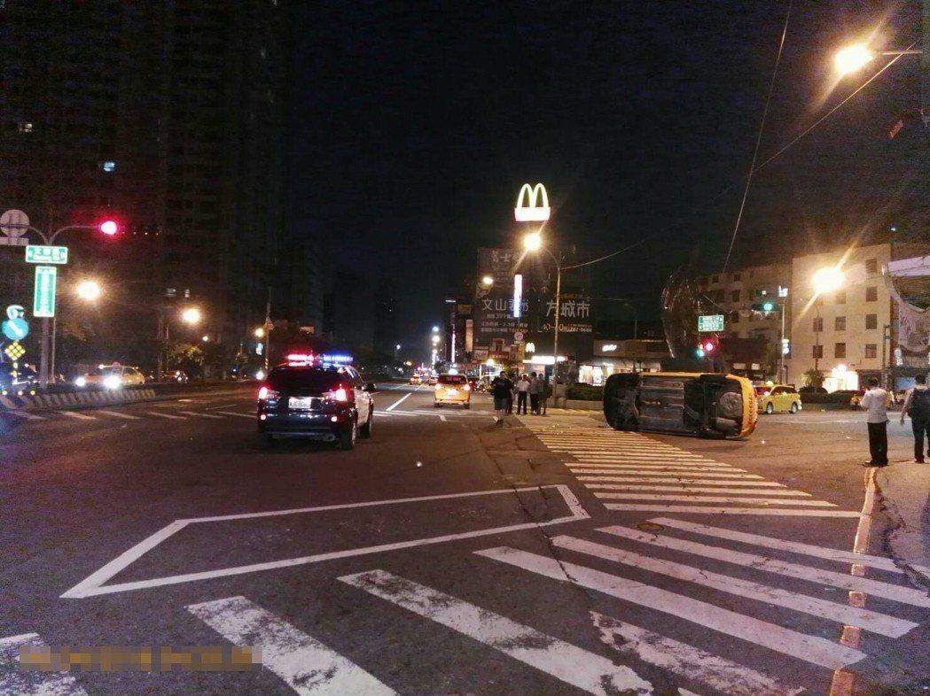 警消到場將計程車上2名男子送醫。記者林伯驊/翻攝