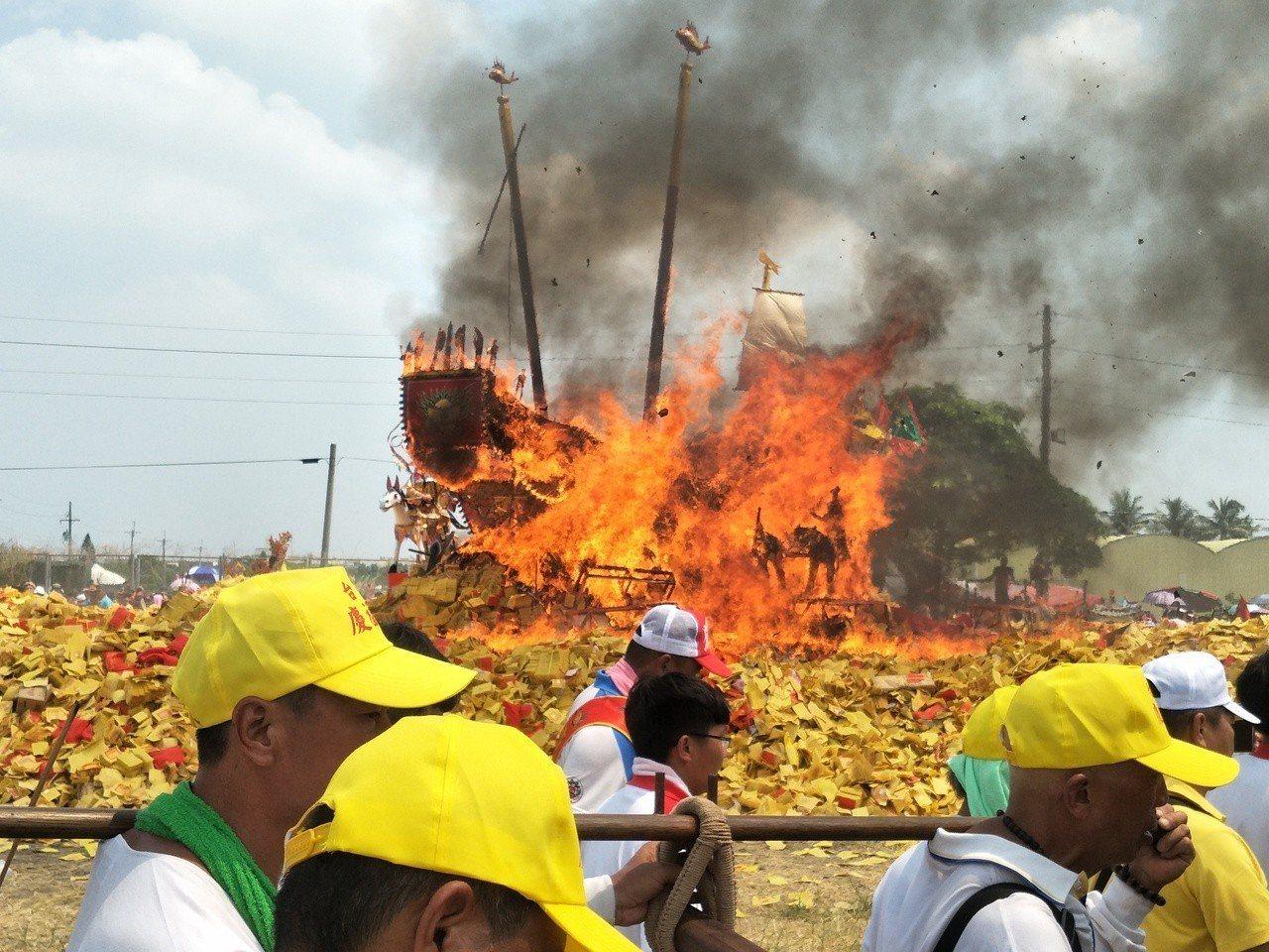 3年一科「西港香」上午進行壓軸燒王船「送王」儀式。記者謝進盛/攝影