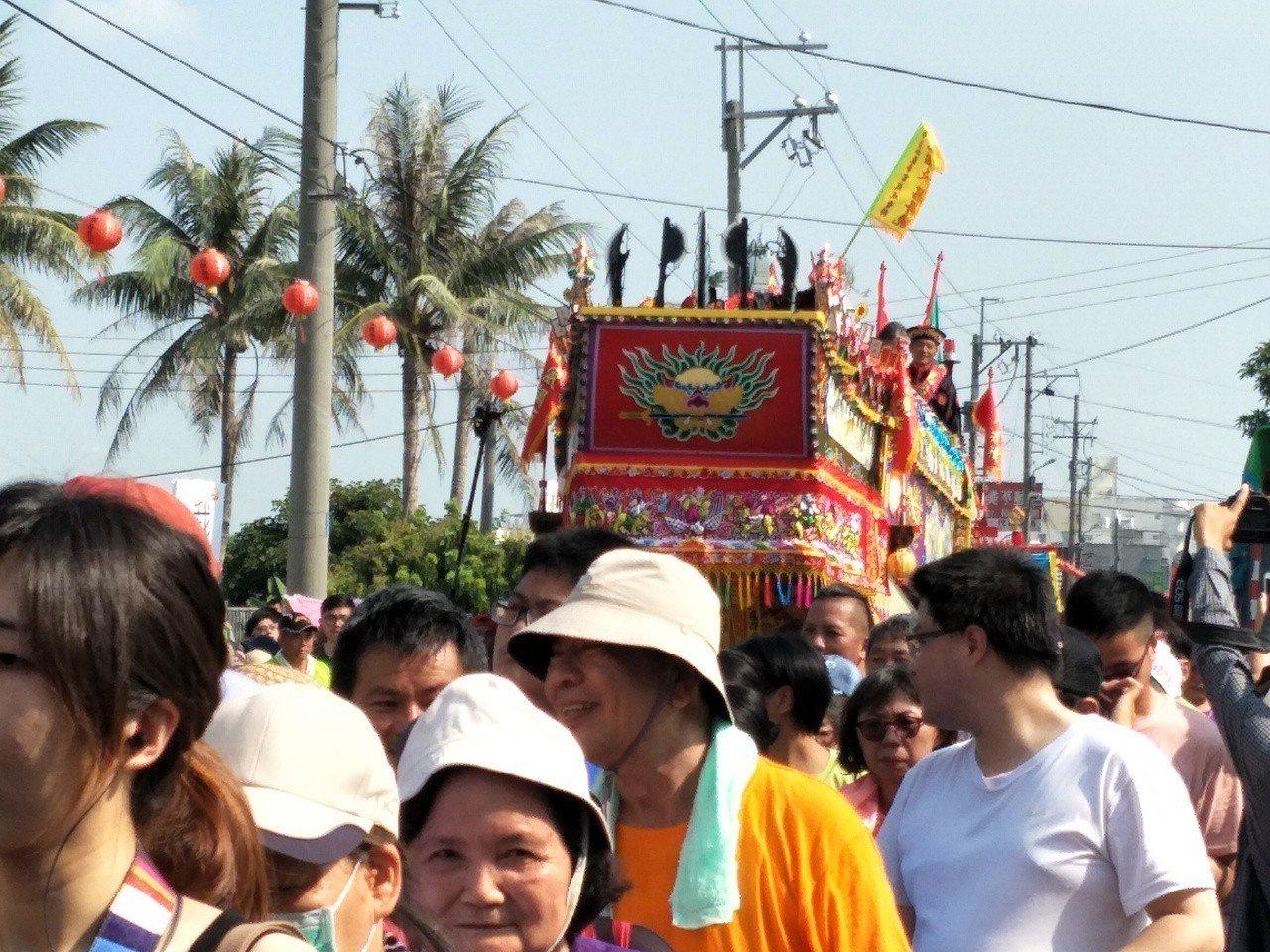 台南「西港香」醮典上午進行壓軸的「送王」,熱情信眾一起手拉繩索將王船拖行,成了「...