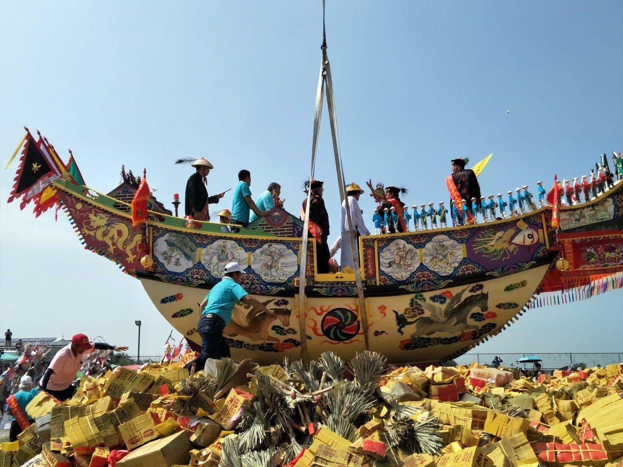工作人員小心將王船定位。記者謝進盛/攝影
