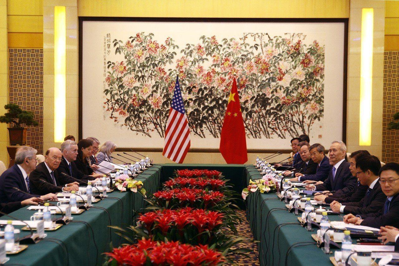 美國商務部長羅斯(左中)和大陸國務院副總理劉鶴(右中)先前曾在北京會談,企圖消弭...