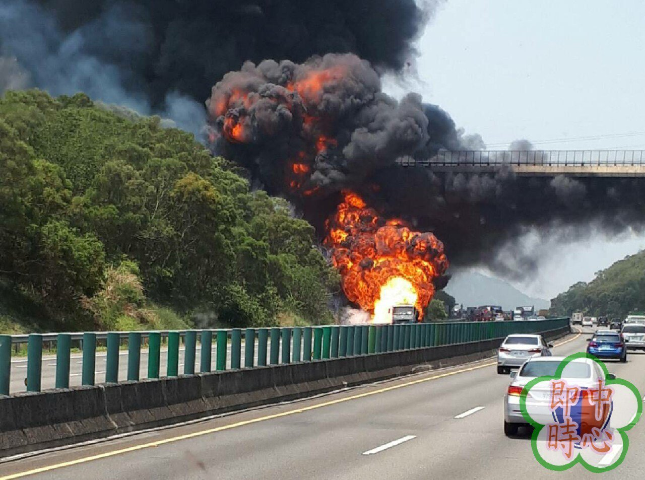 一輛中油的油罐車行經國道三號北上166公里處突然起火燃燒。圖/翻攝自道路資訊工作...