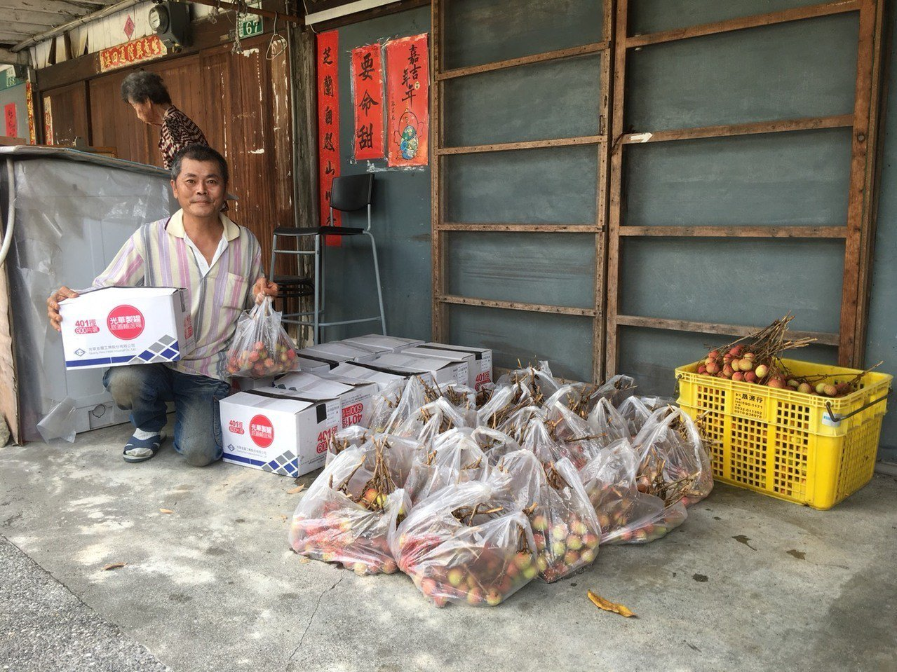 吳孟錦投入老舊社區營造很辛苦,網友看到他的努力,買他的荔枝做公益。記者謝恩得/攝...