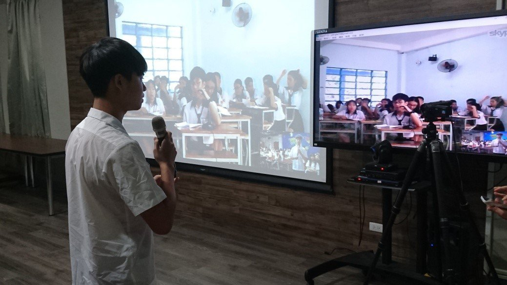 國立員林高中學生透過視訊連線,與越南姊妹校學生互動。圖/教育部提供