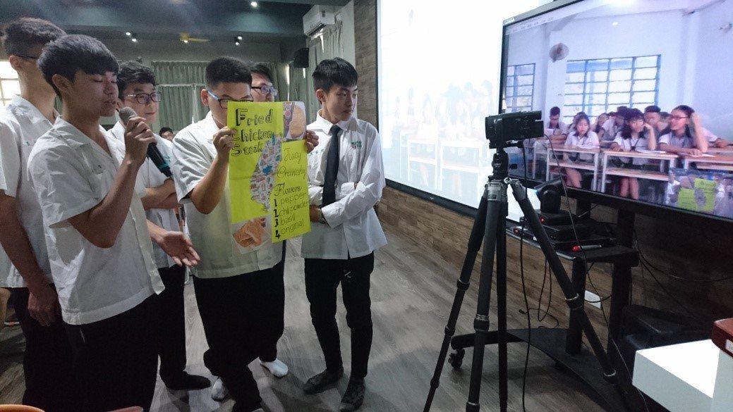 國立員林高中將「國際視訊」納入課程中,鼓勵班級師生利用視訊連線,與越南姊妹校學生...