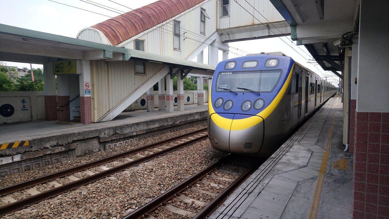 乘客若要到水上車站南下第二月台搭車,要先爬過又高又陡的樓梯。記者卜敏正/攝影