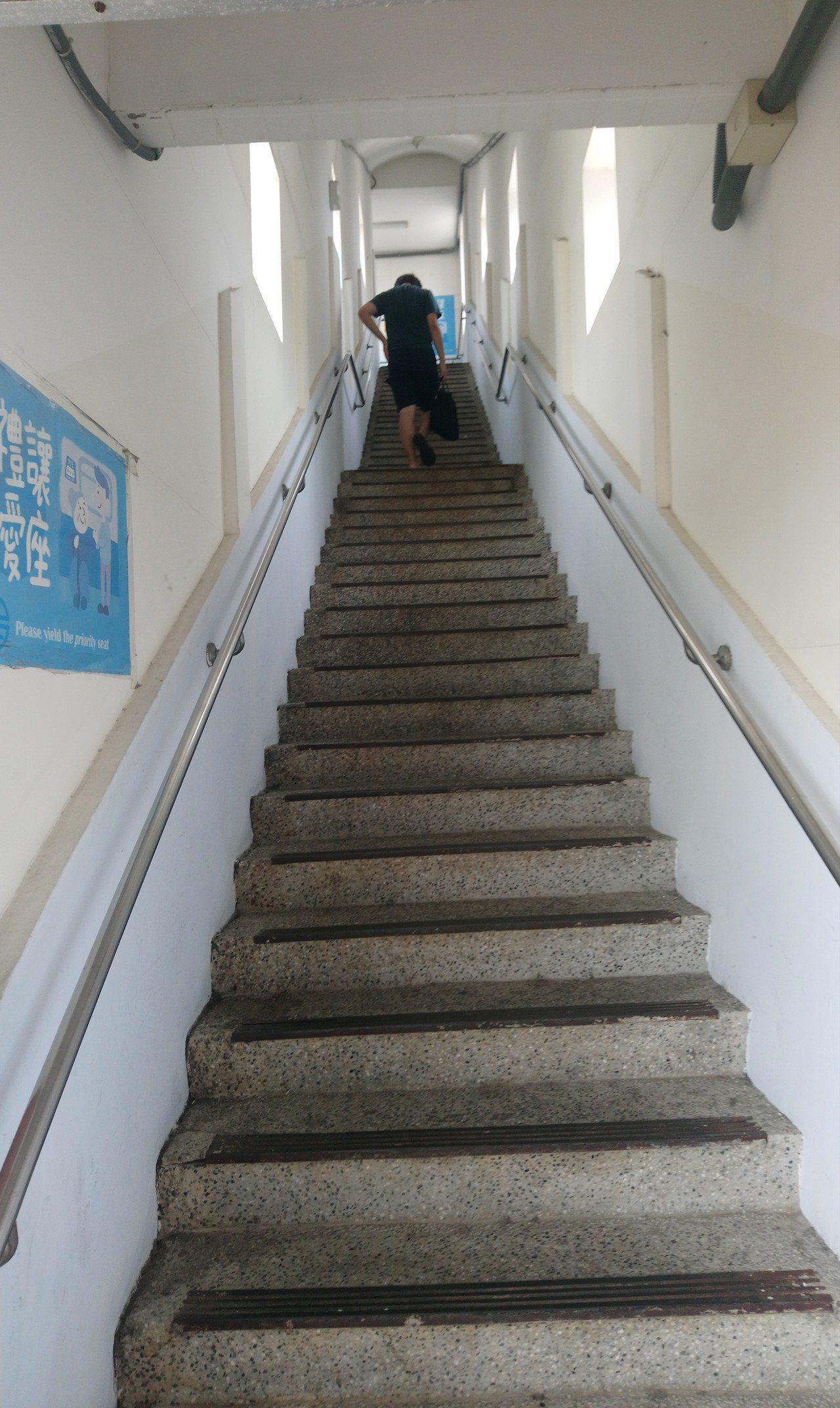 乘客若要到水上站南下第二月台搭車,要先爬過又高又陡的樓梯。記者卜敏正/攝影