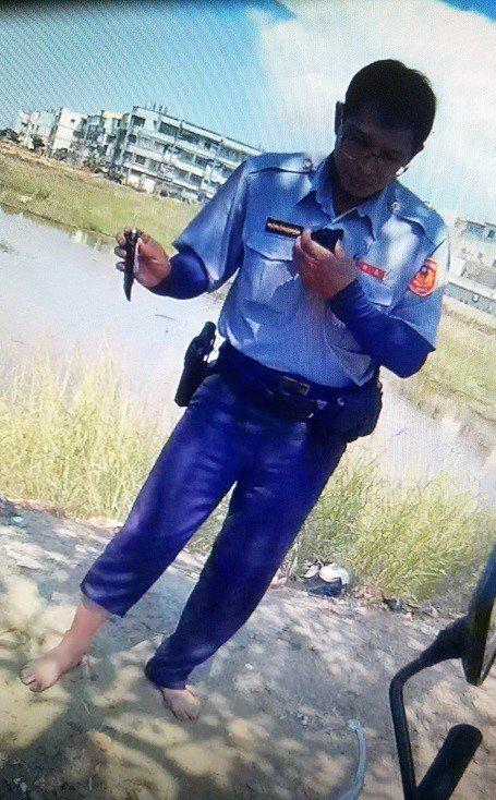 郭姓將手機連同毒品丟入路旁魚塭,取締員警脫鞋打撈證物。記者徐白櫻/翻攝