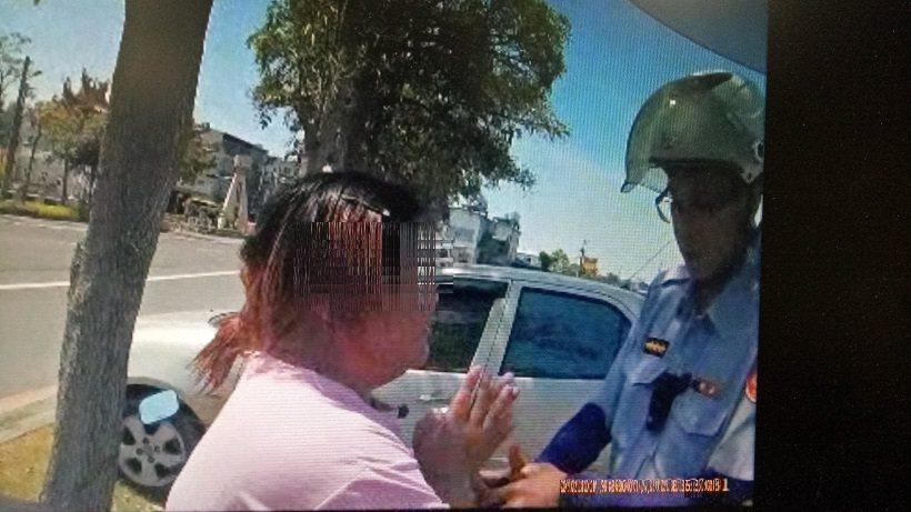 郭姓女子遭警方查獲毒品,除喊救命外,苦苦哀求員警不要抓她。記者徐白櫻/翻攝