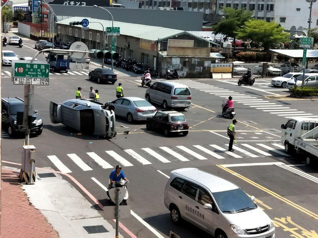 休旅車騎上轎車後翻覆警分局前。圖/翻攝畫面