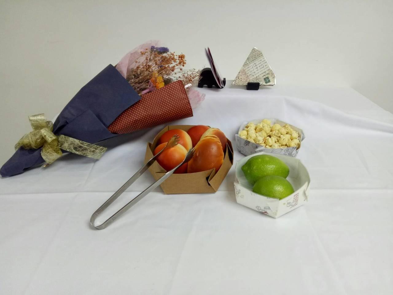 宏國德霖科大發明可摺疊餐盤,作品兼具環保及創意,獲頒大會特別獎。圖/中華創新發明...