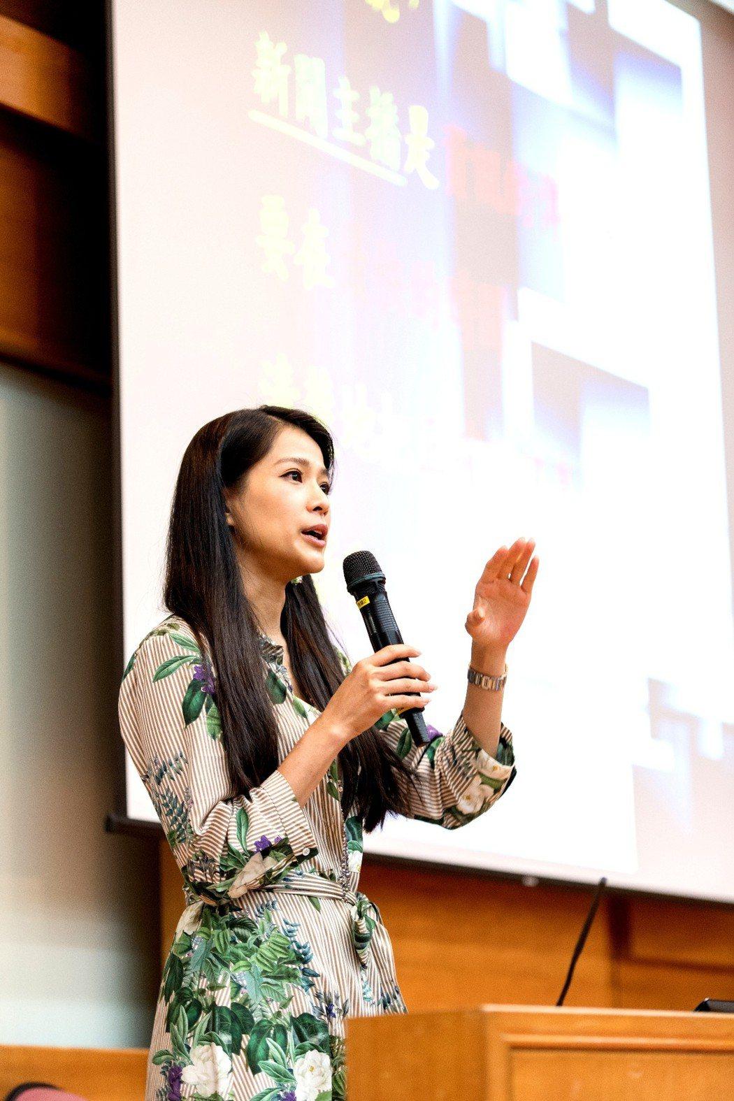 李文儀透過演講傳遞採訪理念。圖/三立提供