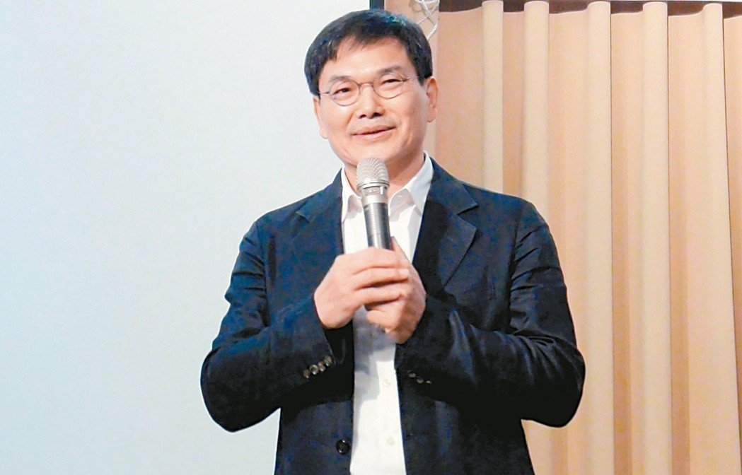 台北宣布校園裝冷氣,無黨籍高雄市長參選人、市議員吳益政認為,有遠見和環境意識的市...