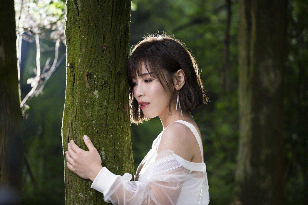 李佳薇MV拍攝過程一度眼淚止不住。圖/華納提供