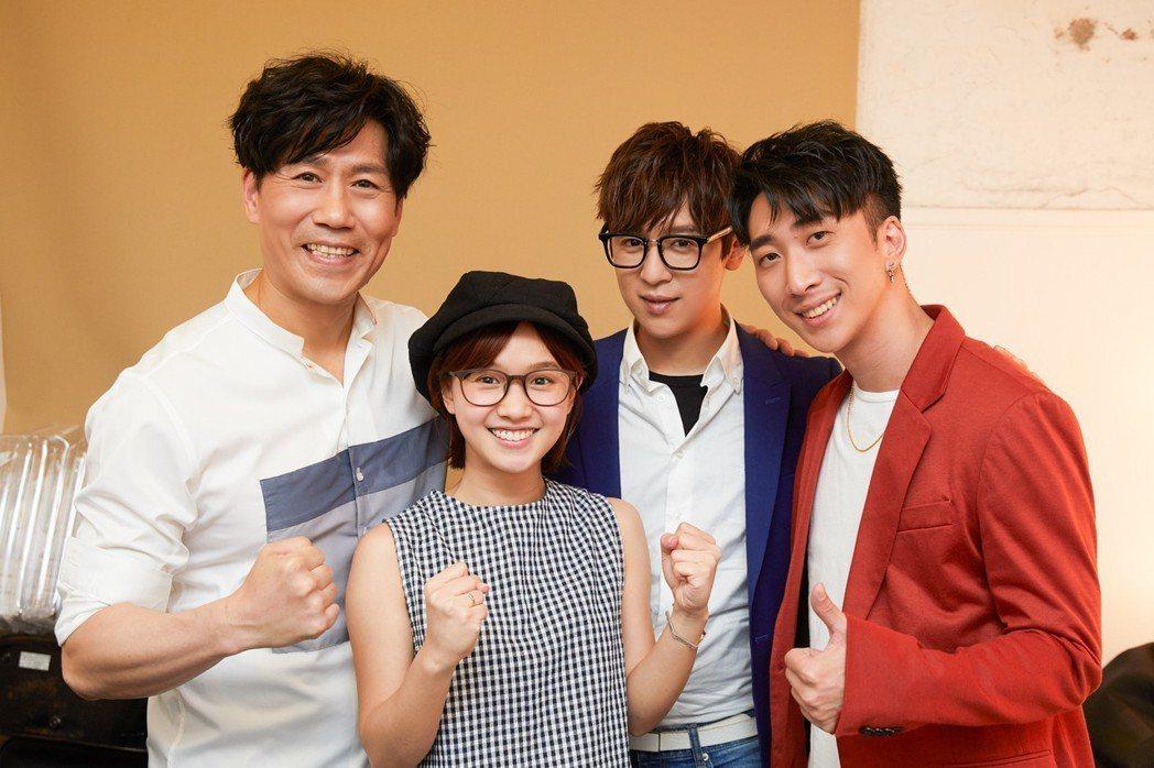 嚴正嵐(左二)到場看羅時豐(左)演唱會,師弟方炯鑌、張懷顥(右)一起合影。圖/海...